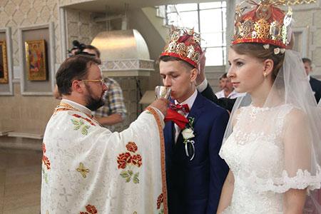 Богослужіння Таїнства Подружжя. Символізм чинів заручин і вінчання: корони або віночки
