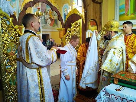 Що маємо знати про храм і богослужіння? Літургійні ризи диякона, священика та єпископа